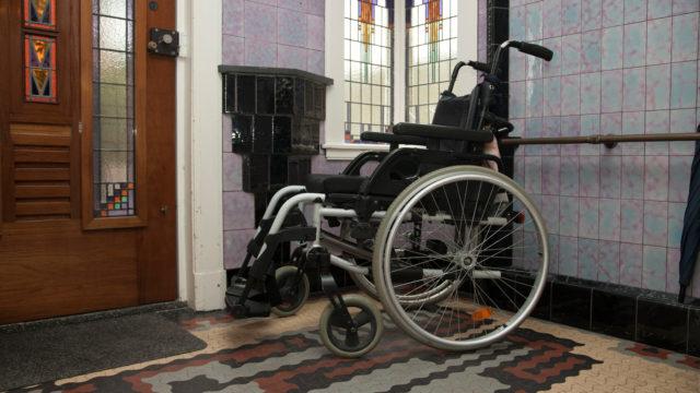 Handbewogen rolstoel in huis